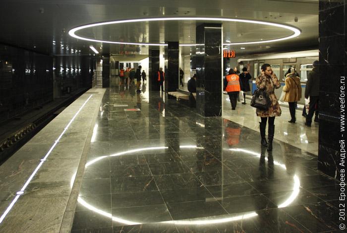 Светильник и его отражение на станции Пятницкое шоссе