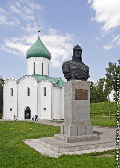 Памятник Александру Невскому на фоне Спасо-Преображенского собора